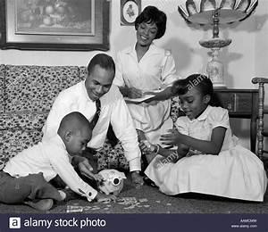 1960ER JAHREN AFROAMERIKANISCHE FAMILIE IM WOHNZIMMER