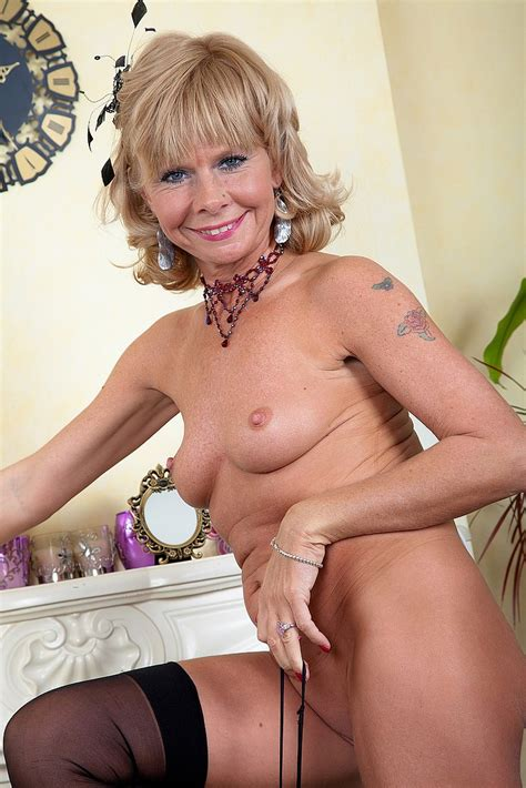 slutty mature cathy oakley flaunt her chesties moms archive