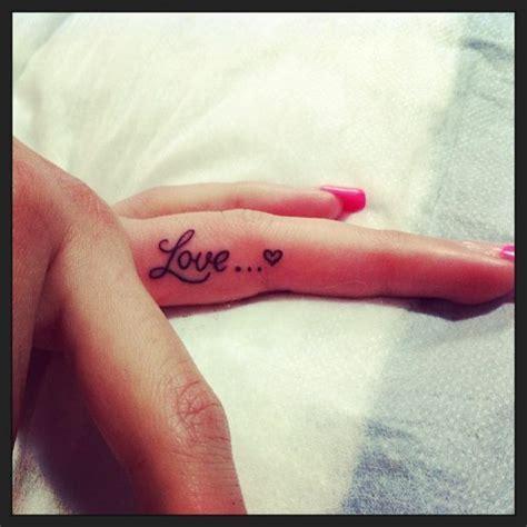 frase love corazon tatuajes  mujeres
