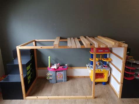 lit avec bureau intégré lit cabane kura à 2 étages bidouilles ikea
