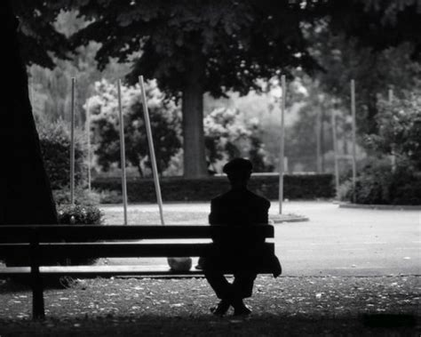 le d 201 sespoir assis sur un banc ma vie en et noir