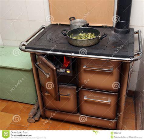 dans la cuisine de bois et braises de la cheminée dans la cuisine pauvre