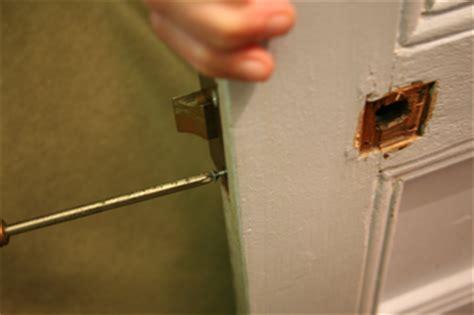 poignee de porte cassee changer une poign 233 e de porte apprenez 224 remplacer les poign 233 es de portes menuiserie bricoler