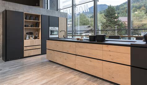 cuisine bois et noir cuisine en bois savoir marier les couleurs mobalpa
