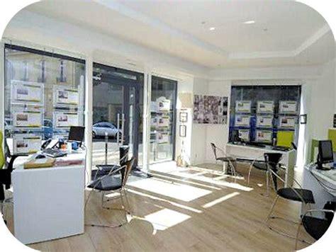 cuisine sejour rénovation de l 39 accueil de l 39 agence immobilière impact immo perspectives concept