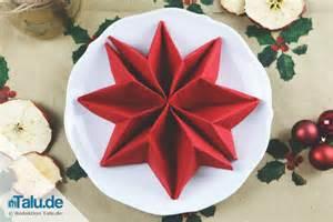 weihnachtsservietten basteln weihnachtsservietten tafelspitz weihnachtsservietten falten mit kleiner dekoration