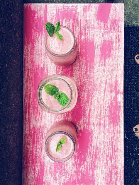 thug kitchen green smoothie thug kitchen strawberry oat smoothie review 6110