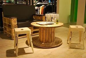 Couch Aus Paletten : holz kabeltrommel tisch als ladeneinrichtung mit couch aus paletten holz kabeltrommel tisch ~ Whattoseeinmadrid.com Haus und Dekorationen