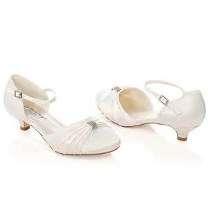 chaussure blanche mariage chaussure mariage ivoire ou blanche en satin à bout rond talon 3 cm heidi westerleigh