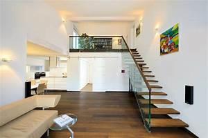 Haus Mit Galerie Im Wohnzimmer : wohnzimmer offene holz treppe mit galerie innenraum bungalow haus ederer von baufritz ~ Orissabook.com Haus und Dekorationen