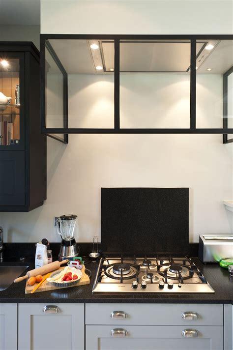 une sauteuse en cuisine une cuisine sur mesure dans un petit espace ambiance
