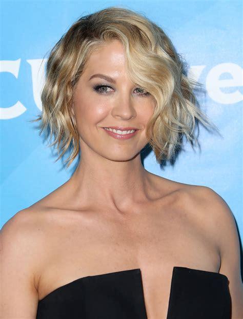 jenna elfman short wavy cut short hairstyles lookbook