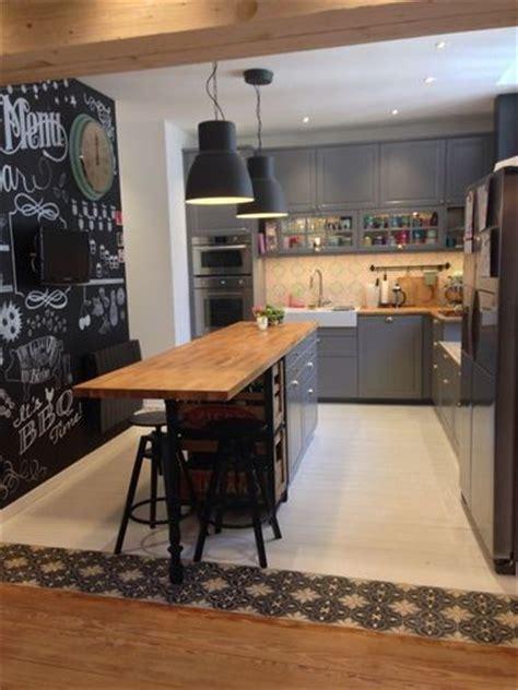 cuisine ouverte avec ilot central une cuisine avec un îlot central ouverte sur le salon