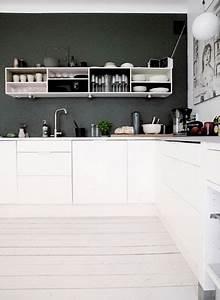 Cuisine moderne deco noir et blanc avec parquet blanc for Idee deco cuisine avec cuisine noir et blanc laqué