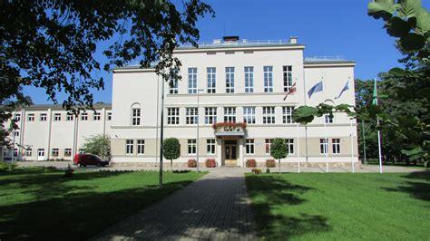 File:Pumpuru vidusskola, Jūrmala.jpg - Wikimedia Commons