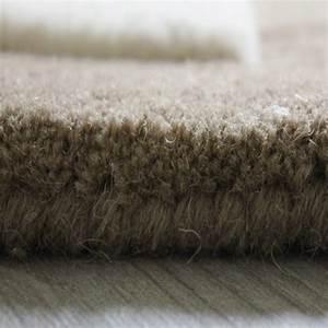 Grand Tapis Blanc : tapis de couloir beige taupe et blanc pebbles par angelo ~ Teatrodelosmanantiales.com Idées de Décoration