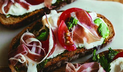 Receptes.lv - Dabīgā ierauga kviešu maizes tosts ar vītināto šķiņķi un svaigo zaļumu pesto