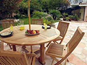 Table Ronde En Teck : le salon de jardin en teck est l 39 am nagement joli et ~ Teatrodelosmanantiales.com Idées de Décoration