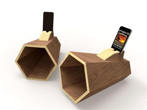Hexaphone iPhone amplifier: Simple and ergonomic wooden