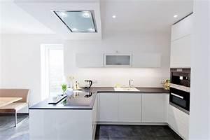 Hochglanz weisse design kuche grifflos mit grosser kuhl for Küche weiss grifflos