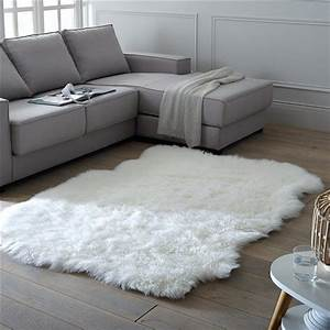 Grand Tapis Blanc : tapis effet peau de mouton livio 135 x 190 cm accessoires d co s jour pinterest tapis ~ Teatrodelosmanantiales.com Idées de Décoration