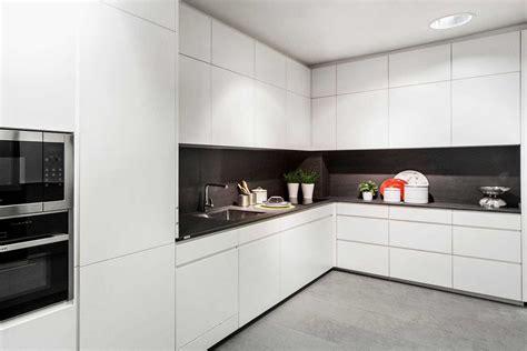 cocina blanca encimera negra imagenes planos beige naranja