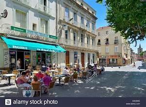 La France  H U00e9rault  Serignan   U00e0 Pied De L U0026 39 All U00e9es De La R U00e9publique  Des Terrasses  U00e0 L U0026 39 Ombre Des