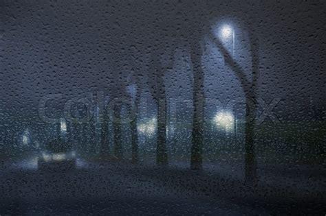 nasse fenster über nacht einsam auto in den nebligen regnerischen nacht durch eine nasse fenster d 228 nemark gesehen