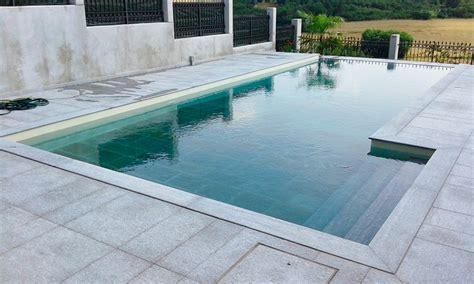 piastrelle bordo piscina pavimenti in pietra per piscine pavimentazioni e bordi