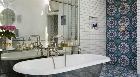 Create An Artistic Impression In Classic Bathroom With