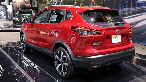 nissan rogue sport shows   fresh face  chicago
