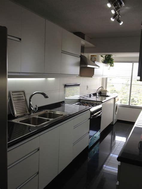 grupo cocina blanca  tiradores de aluminio incorporados  la puerta cocinas blancas