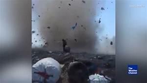 Menschen arbeiten auf Müllberg - dann wird's gefährlich ...