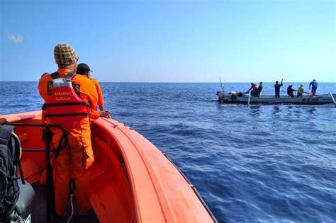 gambar nelayan mencari ikan di laut