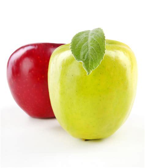 Manzana verde y roja con hojas aisladas en blanco | Foto ...