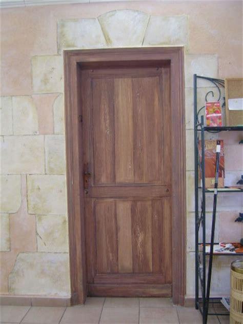 fausse porte en faux bois