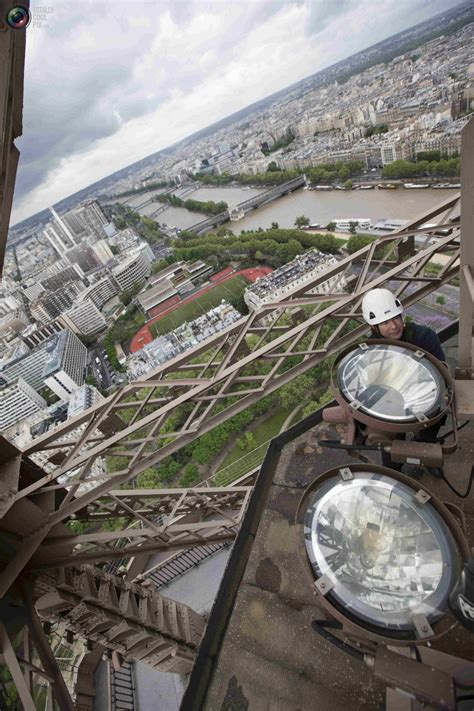 changing light bulbs on the eiffel tower in