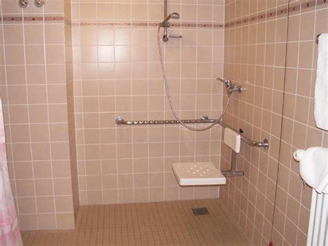 sitz für dusche quot die ebenerdige dusche mit stabilem sitz quot johannesbad