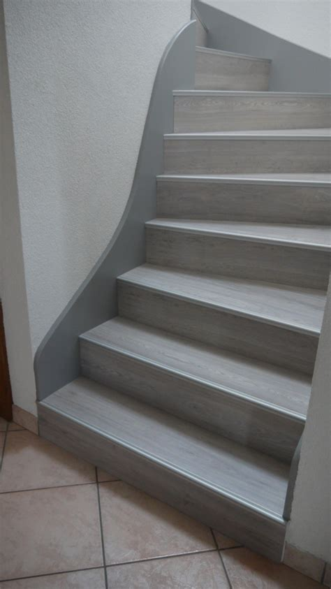 repeindre une table de cuisine en bois escalier peint en gris foncé palzon com