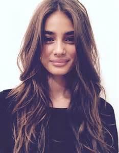 coupe sur cheveux cheveux bruns ondulés automne hiver 2016 cheveux ondulés de jolies coiffures pour un volume