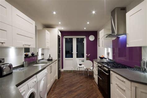 cuisine blanche mur aubergine cevelle com idee de deco chambre en fushia et turquoise