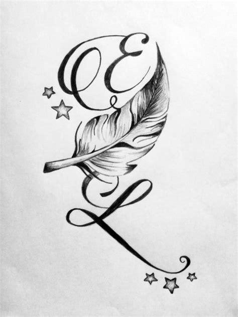 tatouage de lettres entrelacees avec une plume tatouages