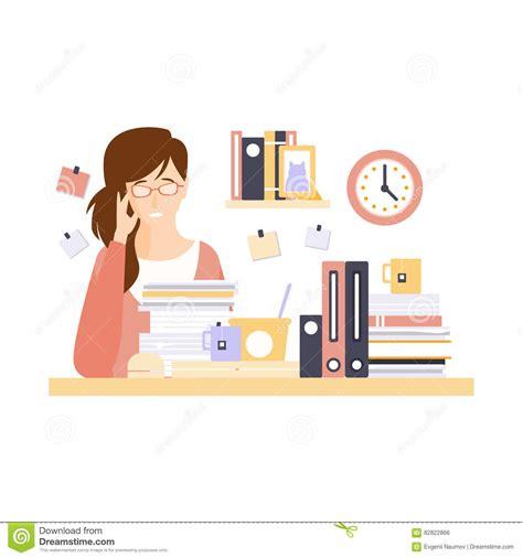 employé de bureau de femme dans le compartiment de bureau