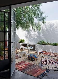 Tapis D Extérieur Pour Terrasse : tendance d co boho minimaliste terrasse avec des tapis berb res garden pinterest cour ~ Teatrodelosmanantiales.com Idées de Décoration