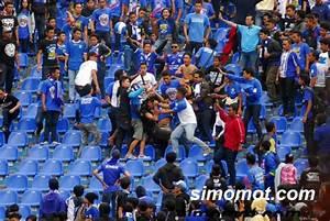 Foto memalukan, duel massal suporter Persib vs Arema ...