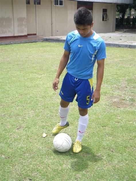 Lempar bola ke depan bersamaan dengan gerakan kaki dan tangan, pindahkan berat badan bertumpu pada kaki depan dan badan condong ke demikian teknik dasar dalam melempar bola dalam olahraga softball. Gambar Keterampilan Gerak Menendang Bola Blog Olah Raga ...