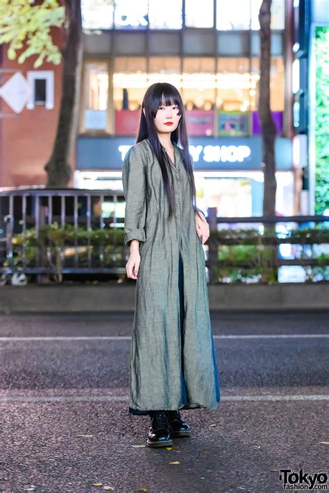 Minimalist Japanese Street Fashion w/ Long Black Hair ...
