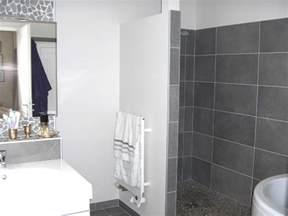 salle de bain blanc et collection et carrelage gris