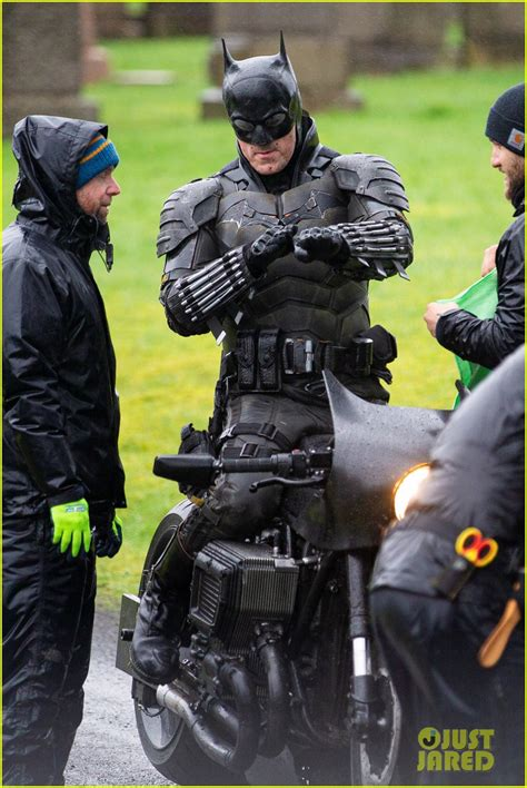 batman set  reveal closer    batsuit