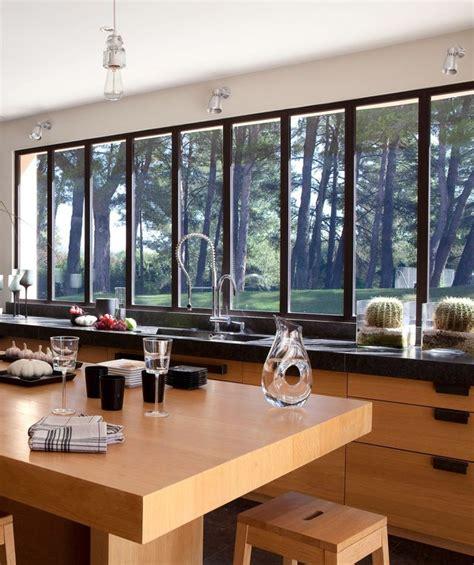 cuisine avec porte fenetre maison moderne avec grandes fenêtres baies vitrées et